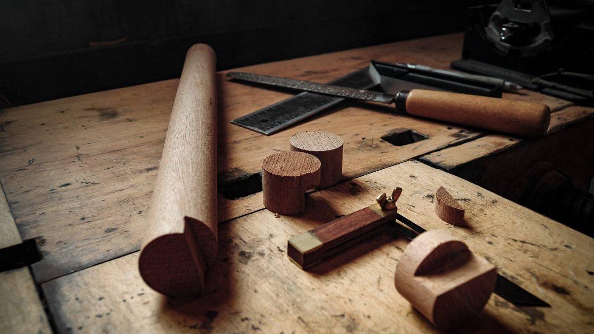 Træsmeden værksted med træknopper i eg og teak