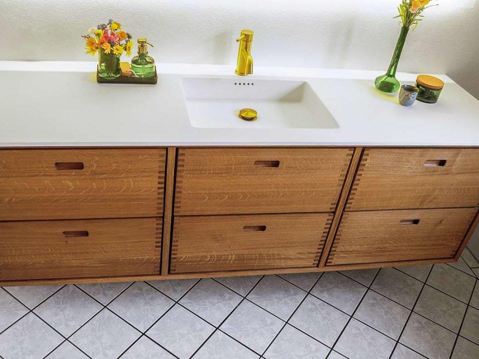 Træsmeden badeværelsemøbel med indfræsede muslingegreb