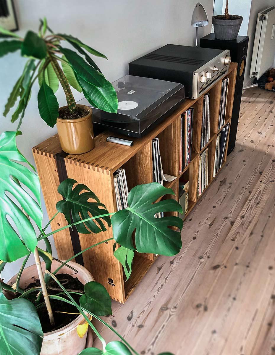 Lp Vinyl reol af træsmeden. Udført i eg med stav af valnød.